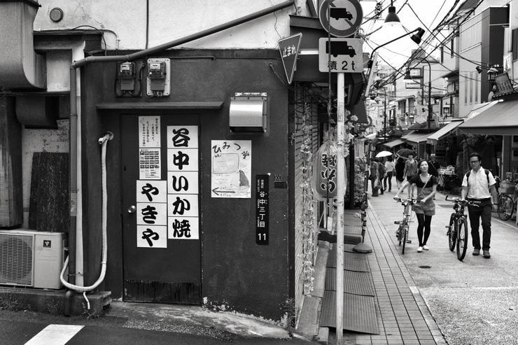 Une rue tranquille dans le quartier de Yanaka