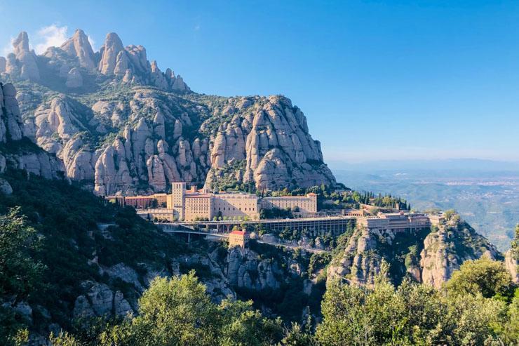 Vue du Monastère de Montserrat accroché à flanc de montagne