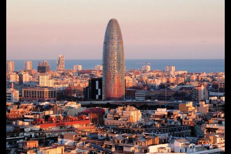 La Torre Agbar avec la mer Méditerranée en toile de fond