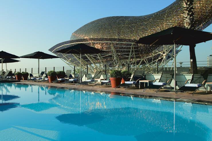 Hotel Arts - La piscine devant le Poisson de Frank Gehry