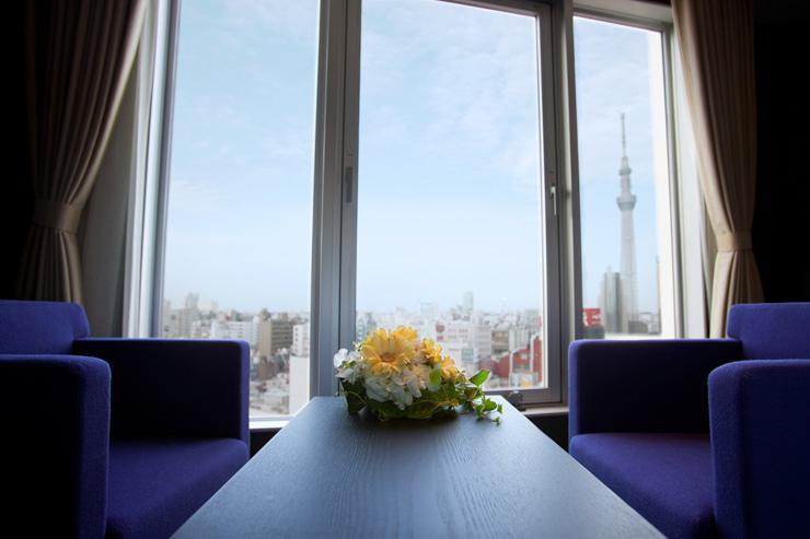 The Gate Hotel Kaminarimon - Coin salon avec vue sur le Skytree