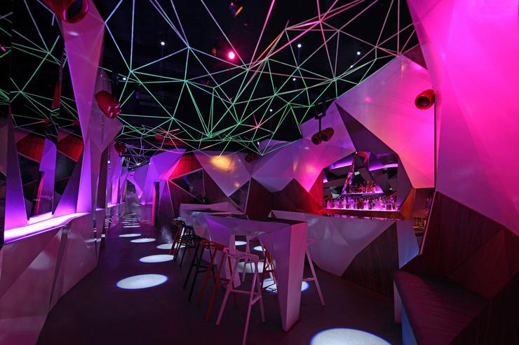 Intérieur futuriste du 11.11 Club