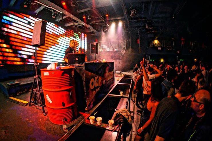 Indigo Club - Foule de clubbers au pied du DJ booth