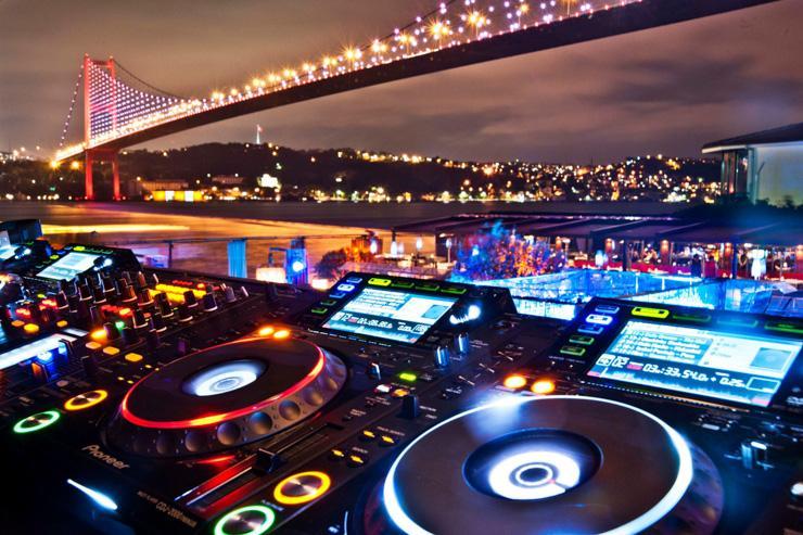 Reina - Les platines du DJ devant le Pont du Bosphore