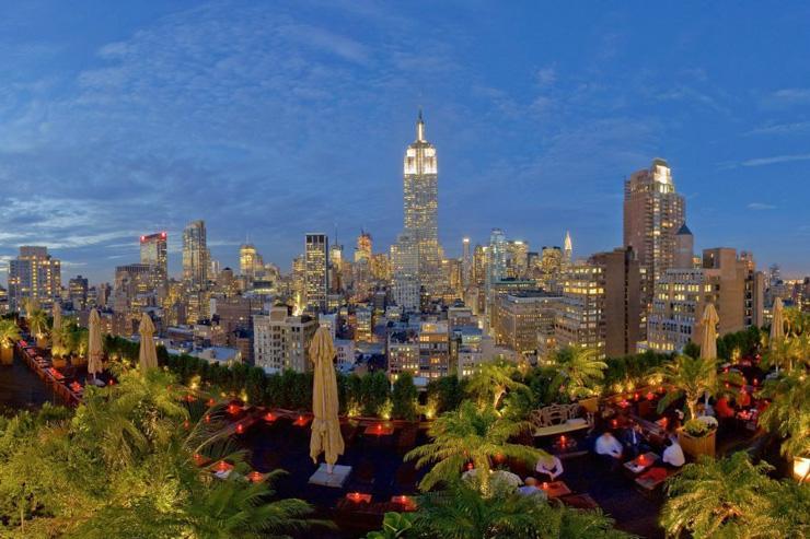230 Fifth - Vue d'ensemble du rooftop avec en toile de fond l'Empire State Building