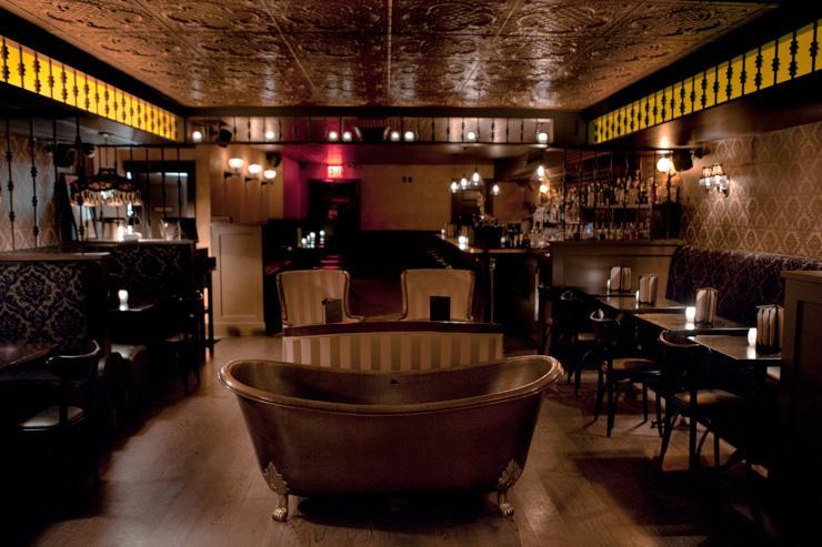Bathtub Gin - Une baignoire à l'ancienne sert de déco