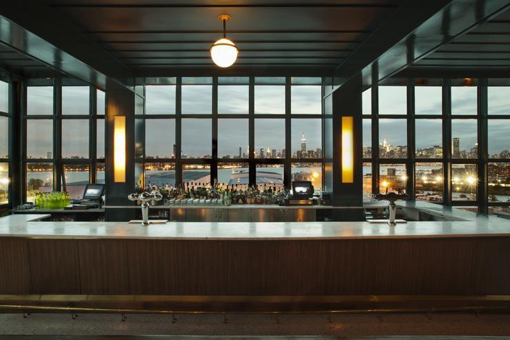 The Ides at Wythe Hotel - Le bar avec en toile de fond la skyline de Manhattan
