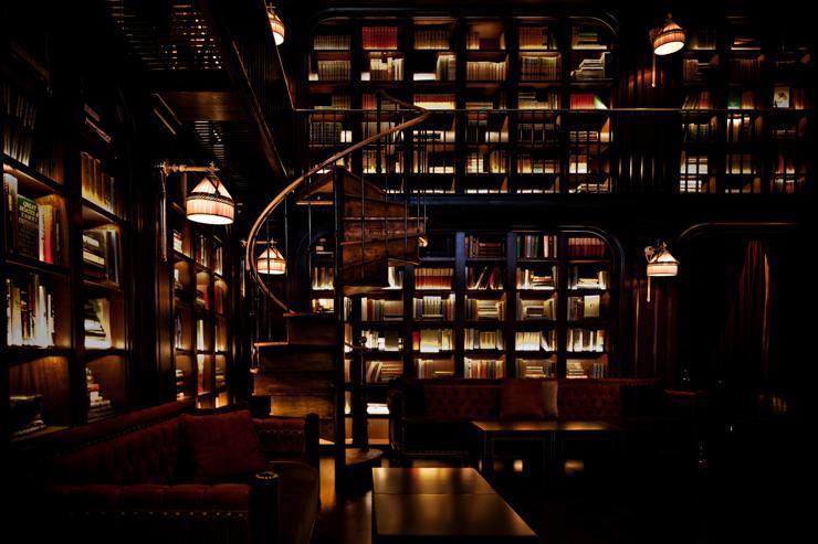 The Library Bar at The NoMad Hotel - L'escalier en spirale relie les deux niveaux du bar