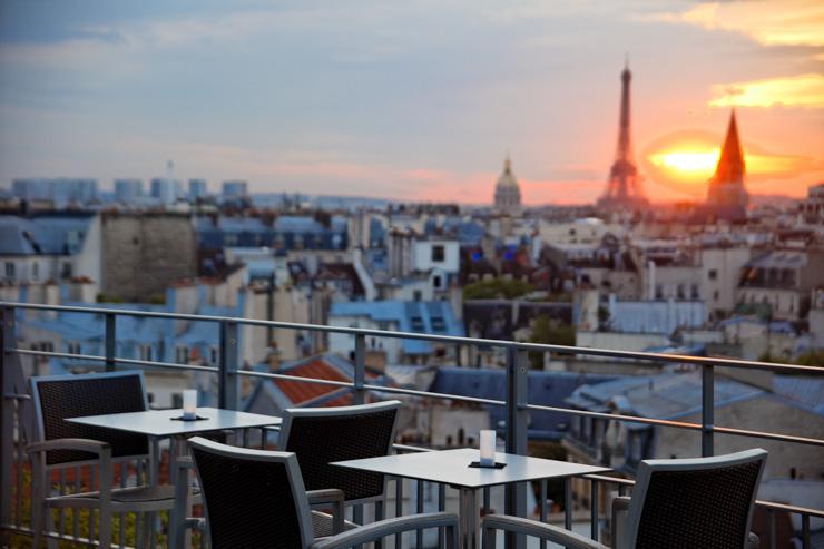 La terrasse du Quarante Trois Cocktail Bar au coucher de soleil, avec la Tour Eiffel en toile de fond