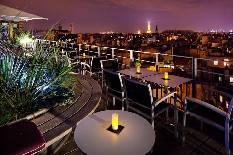 La terrasse du Quarante Trois Cocktail Bar à la nuit tombée
