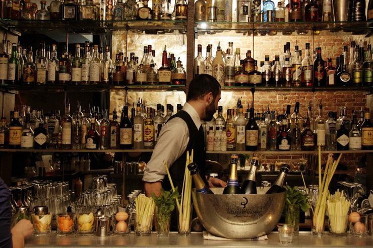Experimental Cocktail Club - L'un des bartenders derrière le bar