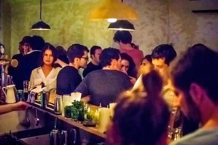 Le Glass - Foule derrière le bar