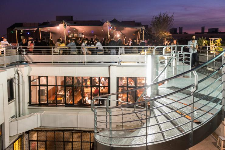 Le Perchoir - Vue d'ensemble du rooftop et du restaurant