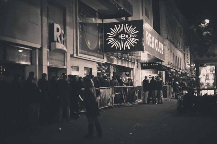 Queue devant l'entrée du Rex Club