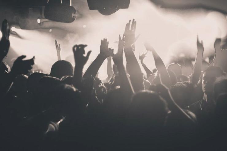 Clubbers enthousiastes au Rex Club