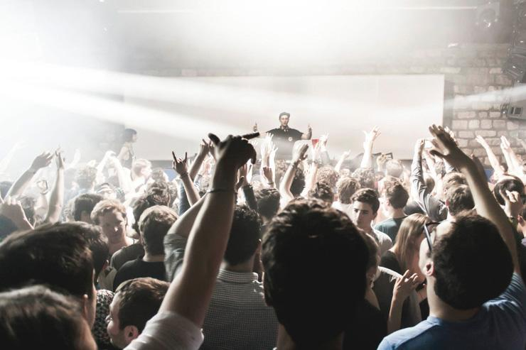 Clubbers enthousiastes au Showcase