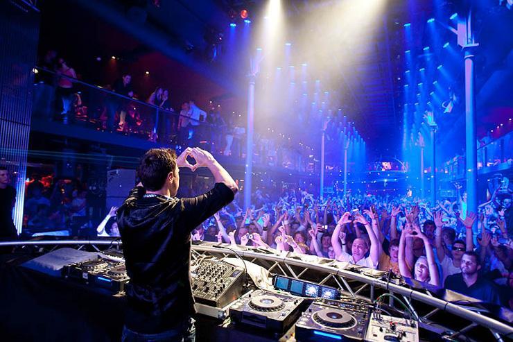 SaSaZu - DJ faisant face aux clubbers