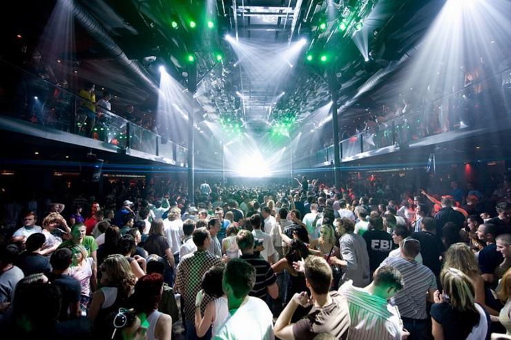 SaSaZu - L'immense espace rappelle les superclubs anglais ou espagnols