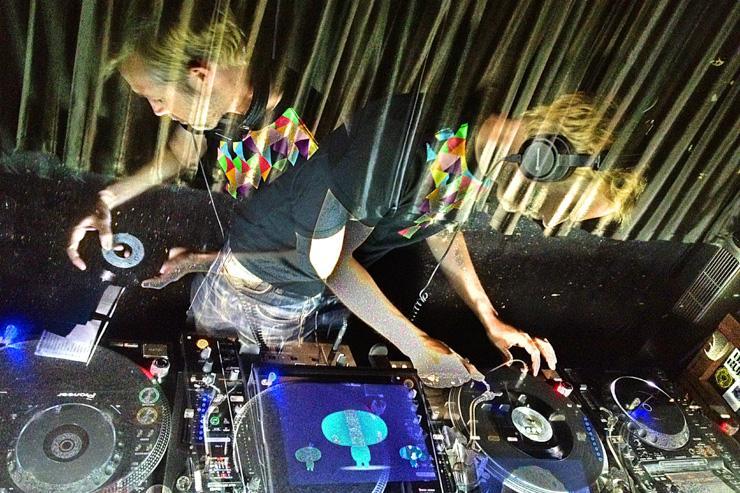 Le DJ Fred Deakin aux platines du Dommune