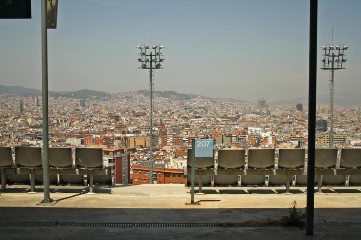 Piscina Municipal de MontjLes piscines rooftops des hôtels du centre-ville n'ont qu'à bien se tenir. La piscine municipale de Montjuïc avec ses deux bassins, l'un de 25 mètres pour nager, le second pour plonger, est l'une assurément la plus belle de tout Barcelone, si ce n'est de toute l'Espagne. La raison ? Des vues sur la ville et la Méditerranée en toile de fond, spectaculaires depuis les bassins et ses abords, magiques depuis le haut du plongeoir. Car la piscine de Montjuïc n'est pas n'importe quelle pi
