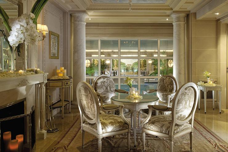 Spa au Four Seasons George V - L'intérieur luxueux du spa, ouvert sur la piscine
