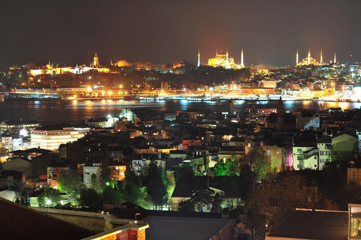 Spectaculaire vue d'Istanbul de nuit