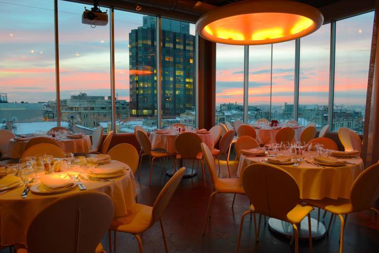 Intérieur du restaurant au coucher de soleil