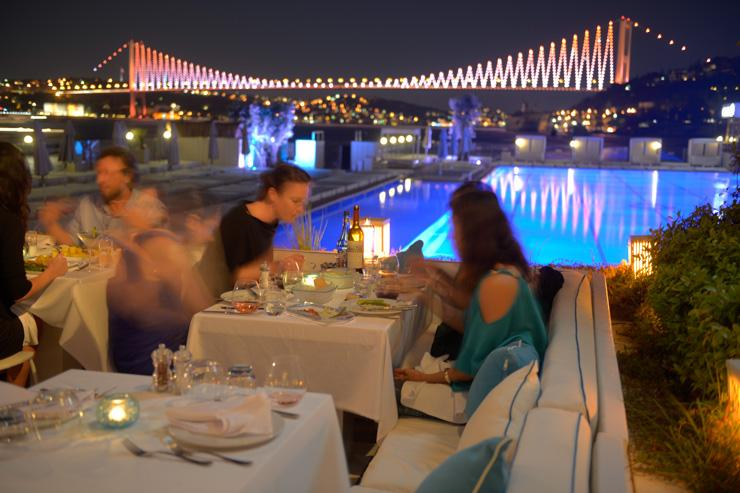 Dîner sur le Bosphore, avec en toile de fond le Pont du Bosphore illuminé