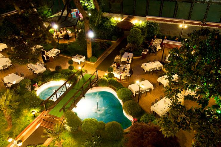 Jardin du restaurant Mabeyin, vu de nuit