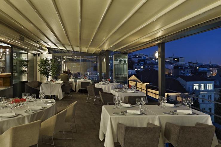 Nicole Restaurant à Istanbul - La salle à manger ouverte sur l'extérieur aux beaux jours