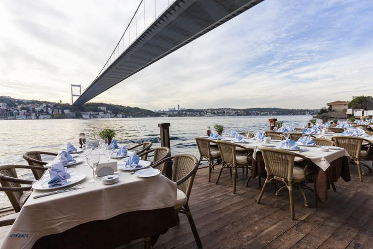 La terrasse d'Uskumru au bord du Bosphore, sous le Pont Fatih Sultan Mehmet