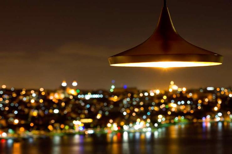 Les lumières de la ville scintillent par delà la Corne d'Or