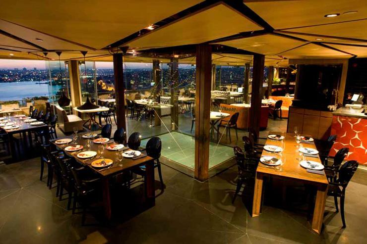 Intérieur du restaurant, avec les vues sur la Corne d'Or dans le fond