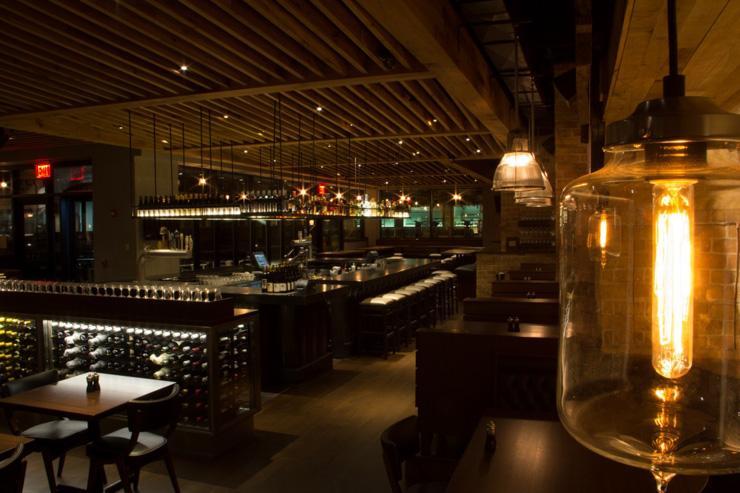 Enduro - Vue d'ensemble de la salle à manger et du bar