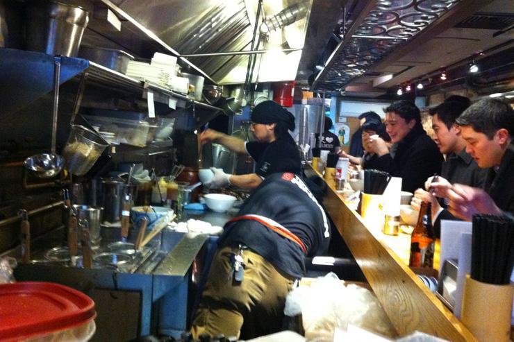 Totto Ramen - Foule devant le minuscule comptoir où s'affairent les cuisiniers