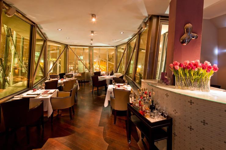 Le restaurant épouse la forme de l'immeuble imaginé par Frank Gehry