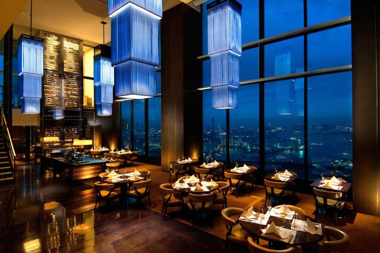 La salle à manger entièrement vitrée du China Blue au Conrad Tokyo