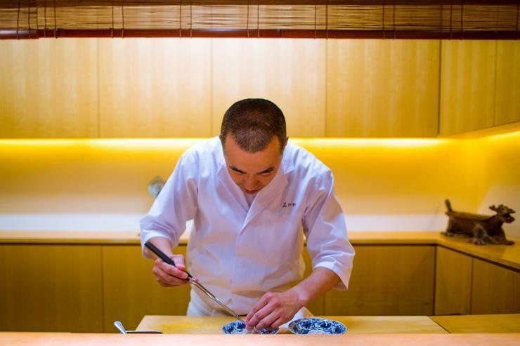 Le chef Hideki Ishigawa derrière son comptoir