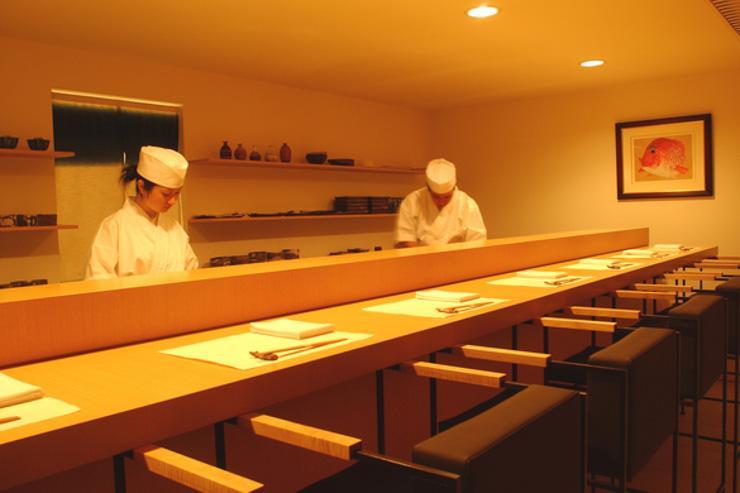 Le comptoir du restaurant Kanda dans Roppongi