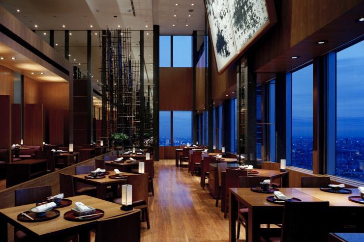 Kozue au Park Hyatt Tokyo - Intérieur de la salle à manger avec ses baies vitrées