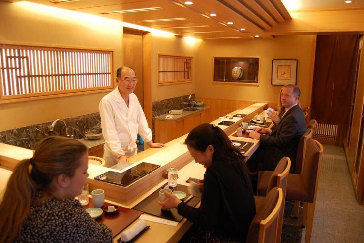 Le maître Mizutani derrière son comptoir
