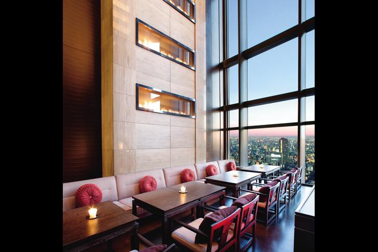 Sense au Mandarin Oriental Tokyo - Vues sur la ville derrière les immenses baies vitrées