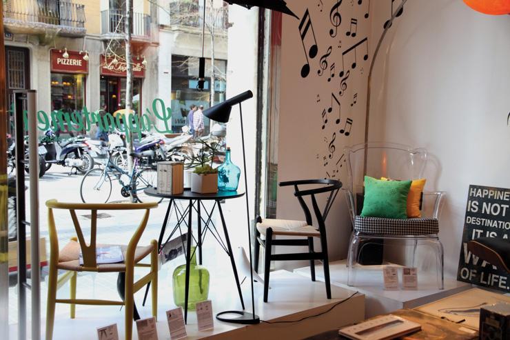 L'Appartement à Barcelone - Vitrine vue de l'intérieur