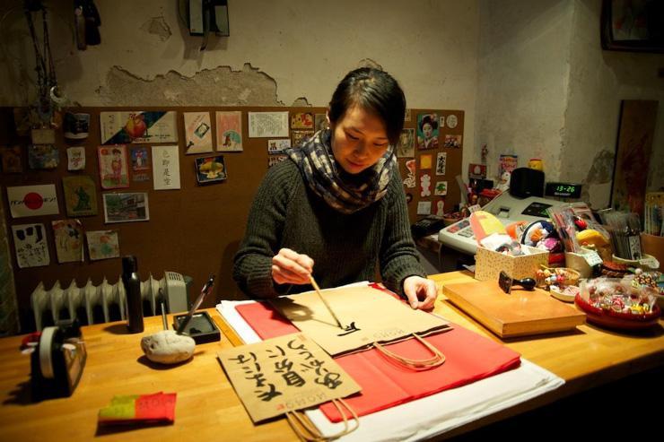 Momo - Barcelone - Kaori en pleine séance de calligraphie