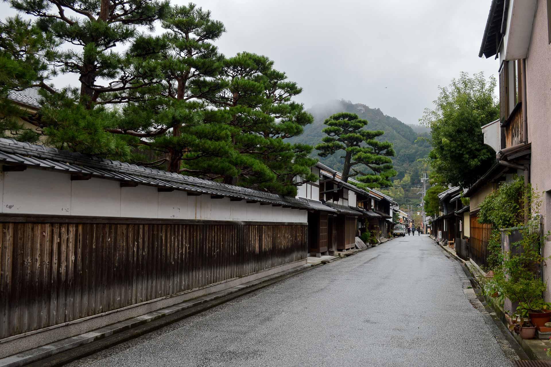 Àu-dessus de chaque entréen un pin mikoshino matsu, « qui regarde au dehors », a sa première branche basse toujours dirigée vers la rue.
