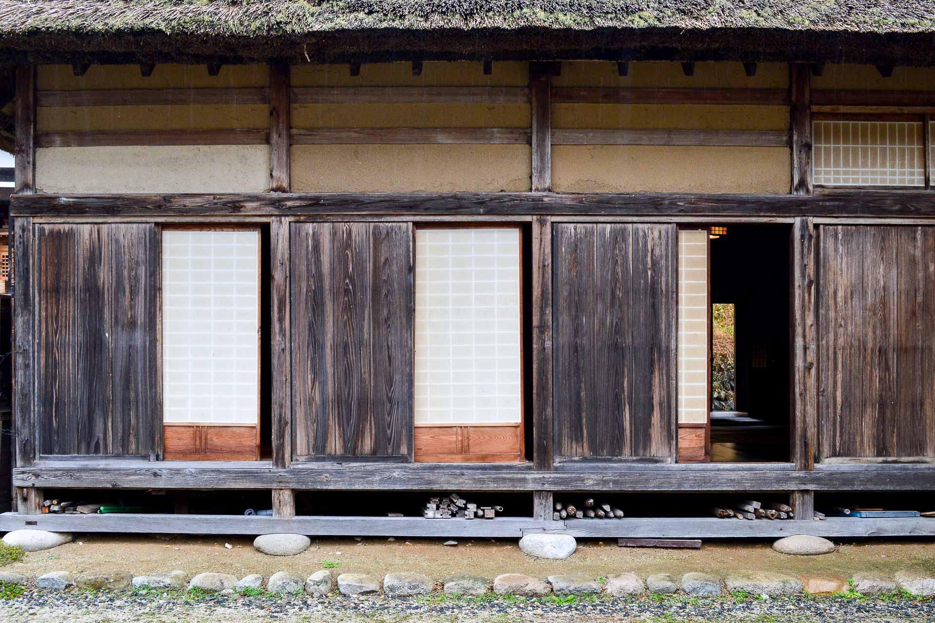 Les murs en bois et en terre supportent un toit en chaume.