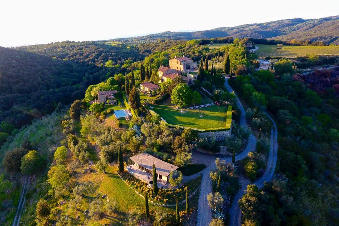 Ce château du XIIème siècle a su conserver le charme de l'Italie d'autrefois, et le voir apparaître au sommet de cette colline est un temps fort d'un voyage en Toscane