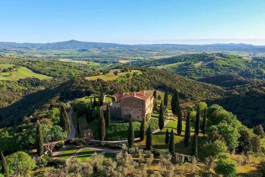 Niché dans un écrin de verdure enchanteur, l'hôtel permet de profiter d'une Toscane encore confidentielle, à l'abri loin des sentiers touristiques