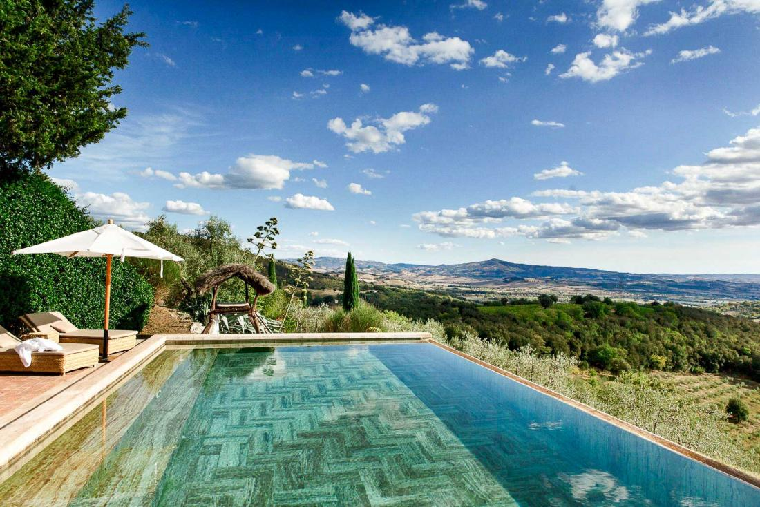 La piscine à débordement, au bord de laquelle se prélasser à l'abri des regards, offre une vue imprenable sur les paysages environnants