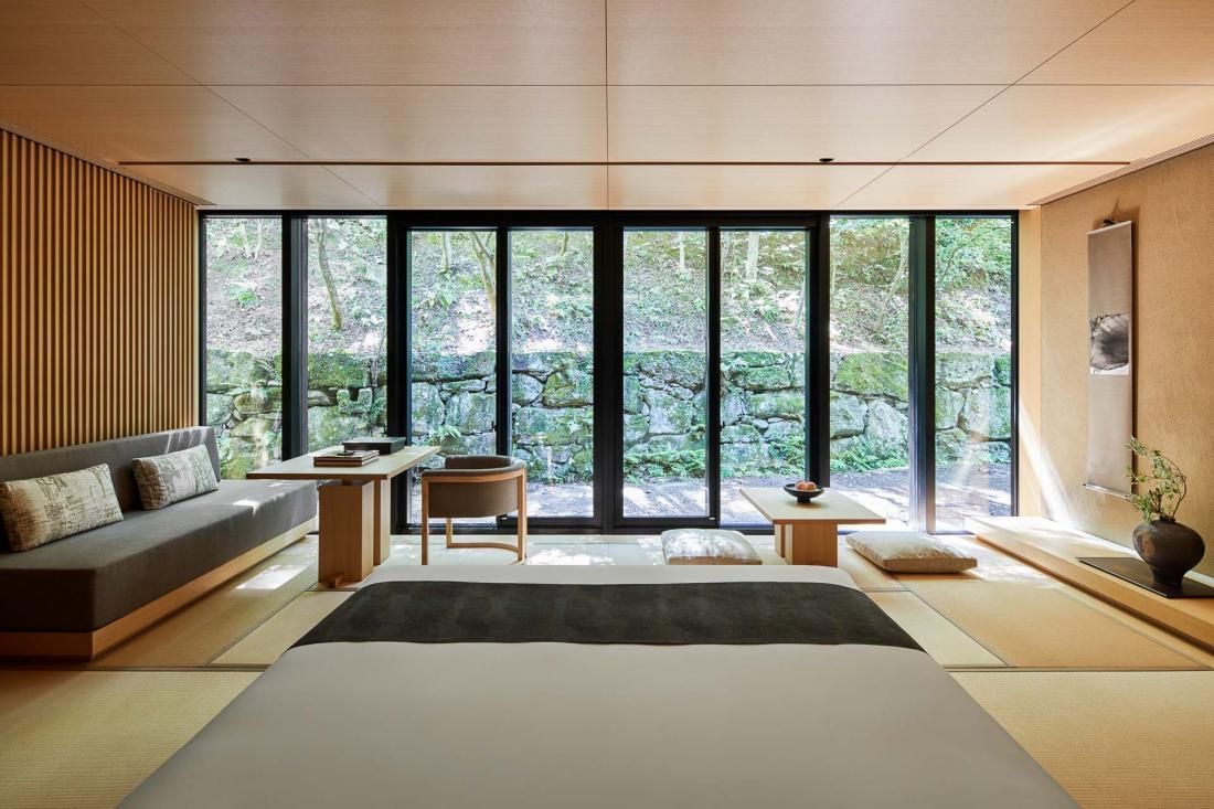 Dans les suites et pavillons, l'architecte Kerry Hill a réinterprété le style traditionnel des ryokan japonais